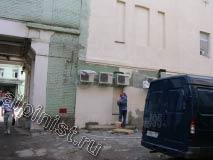 На этой фотографии показан наш штукатур, который зачистил поверхность фасада, загрунтовал, а в данный момент шпаклюет первый этаж здания.