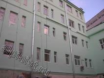 На данной фотографии показан фасад,  который, кроме первого этажа, мы покрасили в два слоя колерованной краской, применяя для подъема строительную люльку.