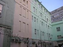 Мы уже покрасили большую часть фасада, предварительно подготовив поверхность, зашпаклевали, зашкурили ее для сглаживания и загрунтовали.