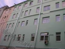 Фасадные работы на здании одного из корпусов института промышленности практически завершены. Наши специалисты отремонтировали откосы, оштукатурили кладку, расшили трещины и сколы, зашпаклевали и покрасили примерно две трети поверхности фасада.