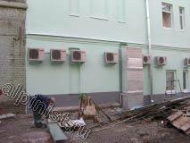 Наш мастер в данный момент отмеряет необходимый размер отлива, чтобы отрезать его болгаркой и закрепить на окно первого этажа.