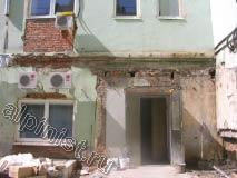 На фотографиях показано, как выглядел фасад до начала его косметического ремонта, большая часть откосов была сильно разрушена, а сама штукатурка бухтела.