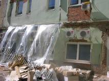 На этой фотографии видно как пострадали откосы после замены окон и дверей, а  на карнизах здания большие и глубокие сколы.