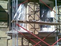 Для проведения ремонта фасада мы использовали строительную туру; начали мы с оклеивания окон и цоколя здания целлофановой пленкой.