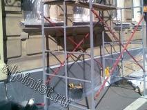 Мы заклеили окна и цоколь пленкой, чтобы аккуратно провести фасадные работы, также мы собрали строительную туру.