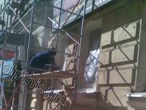 Сейчас наш специалист клеит пленку на окна и на рекламную конструкцию с использованием малярного скотча.