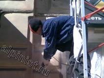 В настоящее время наш мастер болгаркой с алмазным диском расшивает трещины на фасаде здания.