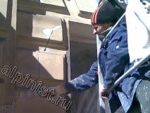 Здесь показан наш мастер, который  с туры расшивает шпателем небольшие трещины и сколы на фасаде здания.