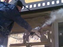 На этой фотографии видно как наш специалист, стоя на туре, расшивает глубокие трещины на фасаде, для чего использует болгарку с алмазным диском.