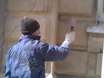 Наш специалист в настоящий момент очищает фасад от пыли и грязи под окнами первого этажа фасада здания.