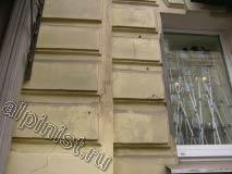 На этой фотографии можно увидеть, в каком состоянии находится фасад здания; видны глубокие и длинные трещины.