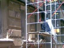 Редкие минуты перекура в процессе работ по ремонту фасада первого этажа 3-х этажного дома.
