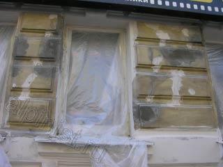 Сейчас показана оштукатуренная часть фасада, разрушенные архитектурные элементы восстановлены, нижняя часть зашпаклевана.
