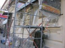 Сейчас показан наш штукатур, который зашкуривает левую часть фасада, предварительно им же зашпаклеванную.