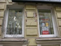 Часть фасада между окнами была сильно разрушена, по словам нашего заказчика, на том месте висела реклама, и после ее  демонтажа остались вот такие разрушения.