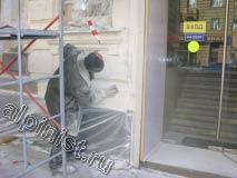 Наш мастер зашпаклевал часть фасада, и после того как шпаклевка просохла, начал шкурить поверхность для сглаживания неровностей.