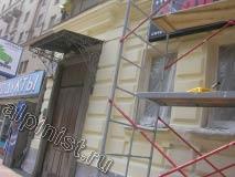 На данной фотографии показано, что левую часть фасада здания, мы покрасили первым слоем колерованной в нужный цвет фасадной краской.