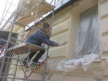 В настоящее время наш мастер красит фасад вторым слоем, и использует для покраски кисти и валики.