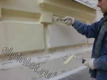 На этой фотографии видно как наш специалист подготовил поверхность фасада к покраске, все зашкурено и гладко.