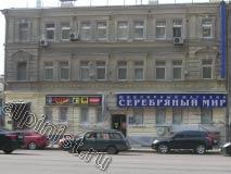 На фотографии показан общий вид фасада здания в заключительной фазе проведения ремонта; трещины расшиты, отбитые части фасада восстановлены, поверхность фасада зашпаклевана и окрашена.