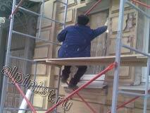 Сейчас наш специалист заклеивает окна пленкой, чтобы не запачкать их раствором во время проведения фасадных работ.