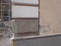 Данный архитектурный элемент фасада наш мастер полностью восстановил, сначала отбил старый, который бухтел и разрушался, и закрепив доски опалубки, оштукатурил новый, все трещины на фасаде мы расшили глубоко с помощью болгарки.