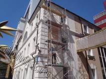 В данное время мастера нашей компании переставили строительную туру на торец фасада здания,  лицевую часть  фасада здания мы подготовили к покраске, а именно расшили трещины, и зашпаклевали фасад на сетку в 2 слоя фасадной шпаклевкой.