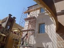 Наша организация выполняет ремонт фасада здания, в настоящий момент мастера шпаклюют на стекловолокнистую сетку фасад, предварительно расшив болгаркой и зашпаклевав трещины на фасаде здания. Данные фасадные работы мы проводим со строительной туры.
