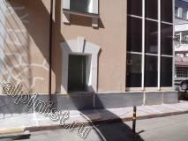 На данной фотографии видно, что организация проводит работы по ремонту фасада, на этой фотографии видно, что трещины на фасаде расшиты болгаркой, и часть трещин зашпаклевана, чтобы не испачкать цоколь здания наши специалисты закрыли его пленкой.