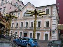3-х этажное здание в центре Москвы, которое нужно привести в порядок, а именно провести косметический ремонт фасада, расшить трещины на фасаде и откосах, зашпаклевать поверхность фасада по сетке в 2 слоя, зашкурить, загрунтовать и покрасить.