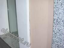 Сейчас видно, какие трещины были на стыках архитектурных деталей к фасаду, большие трещины на откосах и множество мелких трещин на прямой поверхности фасада, все эти трещины наши специалисты будут расшивать болгаркой, и потом шпаклевать фасад на сетку.