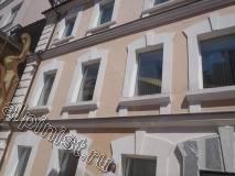Наши специалисты перед началом проведения ремонтных работ установили туру, промыли поверхность фасада водой с помощью керхера, расшили трещины на фасаде болгаркой, что видно на данной фотографии.