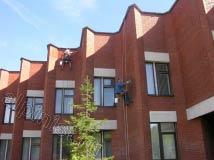 Наши промышленные альпинисты дочищают одну стену здания