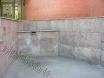 Кирпичные стены со стороны фасада очищены, теперь нам предстоит очистить цоколь