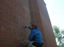 На кирпичном здании по ул. Юности наши альпинисты не только очищали фасад от высолов, но и частично расшивали швы между кирпичами