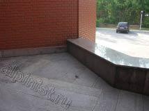 Это цоколь у главного входа, который нужно будет чистить и гидрофобизировать