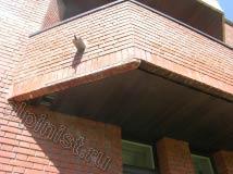 Некоторые кирпичи фасада сильно засолены и местами кирпичи даже выпали