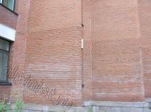 Еще одна фотография, показывающая состояние кирпичного здания, до очистки нашими альпинистами