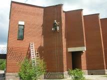 Методом промышленного альпинизма мы очищаем кирпичную стену. Сначала специальным составом размягчаем солевые отложения, и затем механическим путем счищаем их