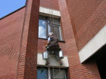 На данной фотографии видно, что часть фасада над окном и оконные откосы очищены