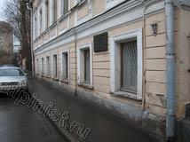 На этой фотографии видны проблемные места фасада, разрушающиеся откосы и карниз, бухтящая штукатурка, трещины по всему фасаду, краска отслаивается. Нашим специалистам предстоит местами подштукатурить,  расшить и зашпаклевать трещины, восстановить откосы, загрунтовать и покрасить фасад.