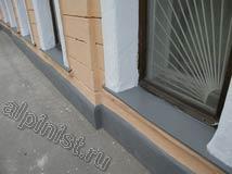 Косметический ремонт фасада при ограниченном бюджете — установка недостающих деталей водостоков, штукатурка фасада местами, шпаклёвка трещин и сколов,  грунтовка и окраска фасада.