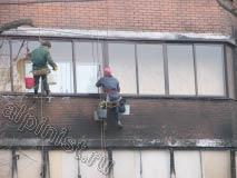 Методом промышленного альпинизма мы очищаем фасад с помощью специального состава для очистки от копоти после пожара.