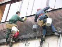 На этой фотографии наши промышленные альпинисты очищают фасад от копоти после пожара, сначала мы наносим специальное средство для очистки, чтоб немного размягчить этот нагар, затем счищаем его щетками.