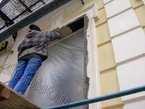 На этой фотографии наш специалист шпаклюет оштукатуренные откосы окон.