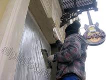Сейчас наш специалист шпатлюет откосы фасадной шпатлевкой, предварительно откосы были оштукатурены.