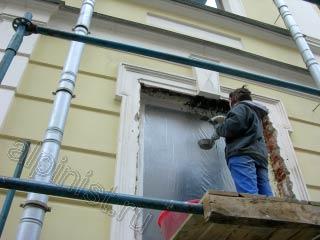 Наша компания проводила ремонт откосов 4 окон, 3 окна уже оштукатурены, мы переставили строительные леса к четвертому окну, на котором верхняя часть откосов была разрушена больше всего. Сейчас наш штукатур накидывает на закрепленную металлическую сетку штукатурный раствор, предварительно закрыв окно пленкой.