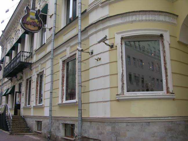 монтаж окон проводился со стороны фасада, поэтому откосы сильно разрушились