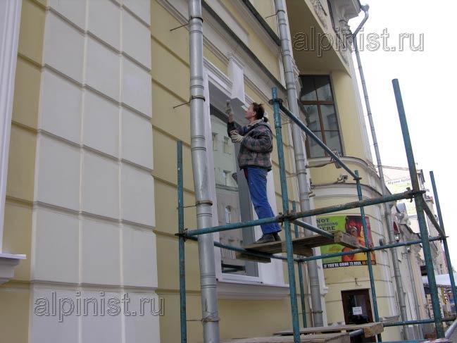 специалист оштукатурил, зашпаклевал, загрунтовал откосы, сейчас докрашивает второй слой фасадной краской