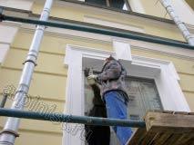 Наш маляр заканчивает ремонтные работы по восстановлению оконных откосов, в данный момент докрашивает акриловой краской второй слой.